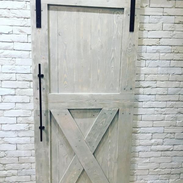 Дверь амбарная на рельсе лофт 05