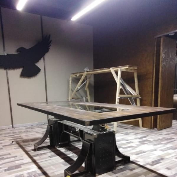 Стол в стиле стимпанк на заклепках из металла